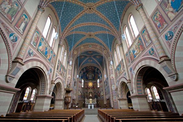 Innenraum der Klosterkirche MARIA HILF im Nazarenerstil in Cham