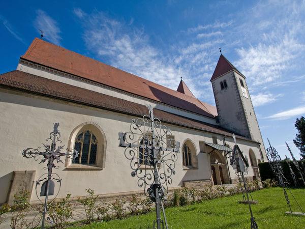 Seitenansicht der Pfarrkirche MARIÄ HIMMELFAHRT in Chammünster bei Cham