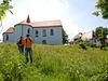 Wanderer bei der Wallfahrtskirche Lamberg bei Chammünster
