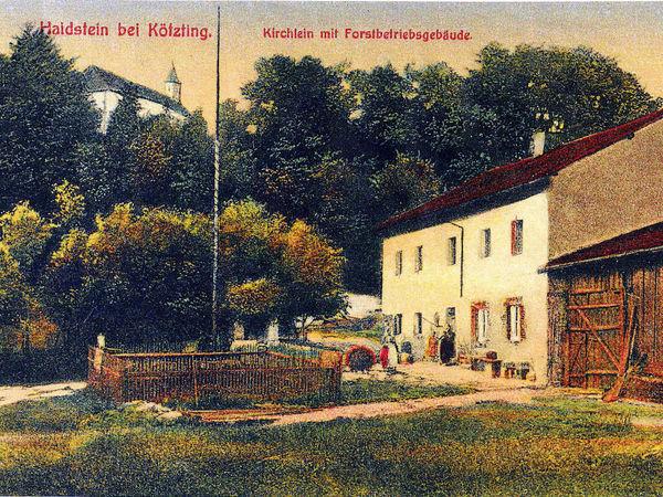Kirchlein (links) und das ehemalige Forstbetriebsgebäude (rechts) auf dem Haidstein