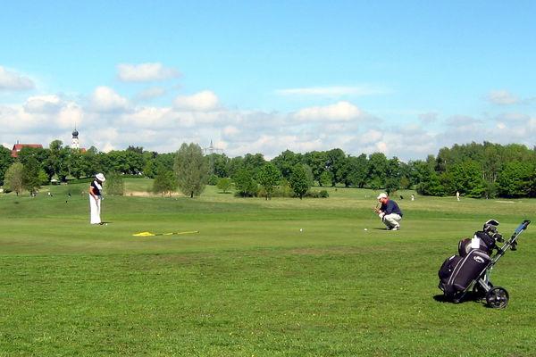 Golfer beim Putten auf der Golfanlage Gut Ising.