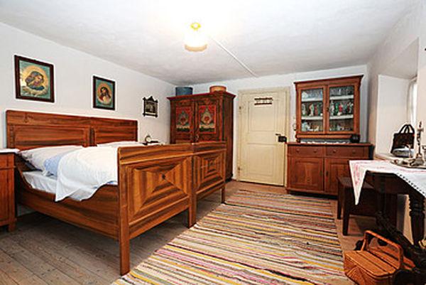 Schlafkammer mit Bauernschrank und Glaskasten