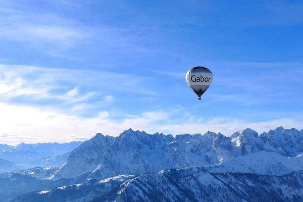 Ballonfahrt über den Alpen.