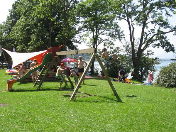 Spielplatz des Strandbades Chieming am Chiemsee.