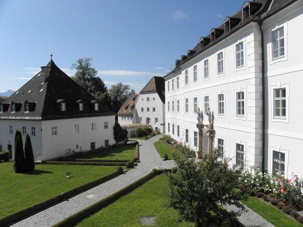 Blick ins Klostergelände auf der Fraueninsel.