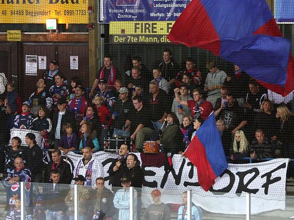 Stimmung pur im Fanblock bei den Eishockey-Heimspielen mit den Deggendorf Fire