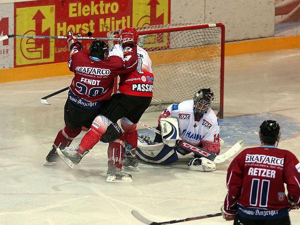 Kampf um den Puck beim Eishockey mit den Deggendorf Fire