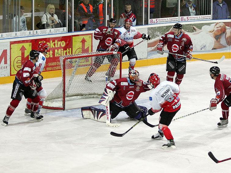 Spannende Torszene beim Eishockey mit den Deggendorf Fire