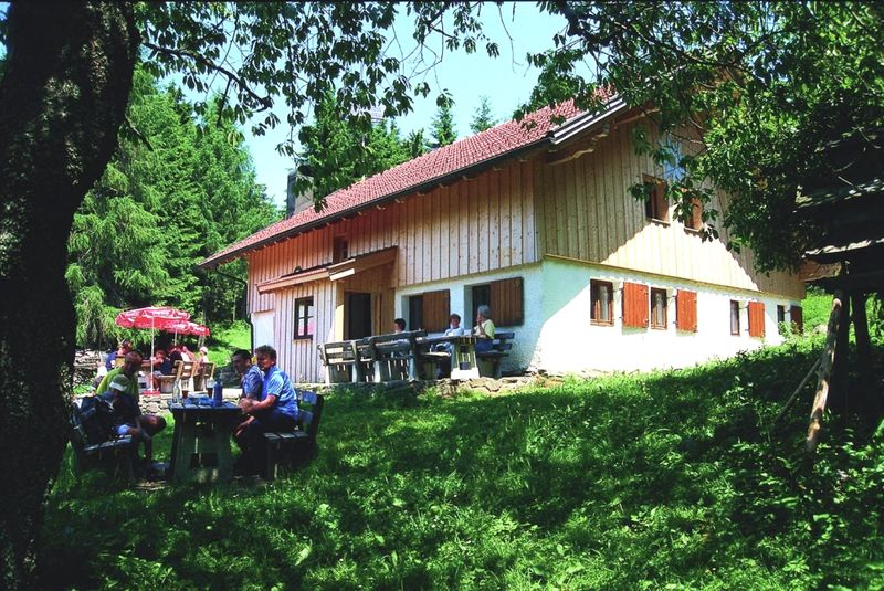 Die DAV Hochwaldhütte in Oberfrohnreut bei Deggendorf auf der Rusel
