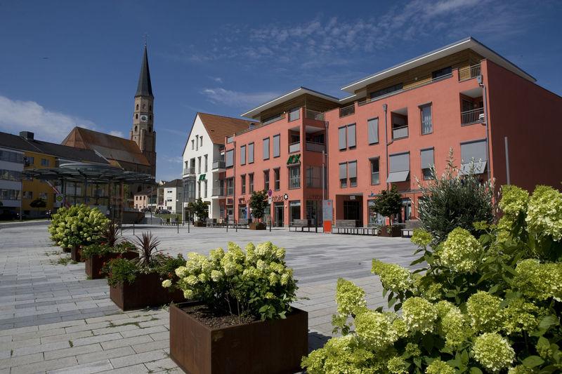 Der Spitalplatz in Dingolfing mit der Stadtpfarrkirche St. Johannes