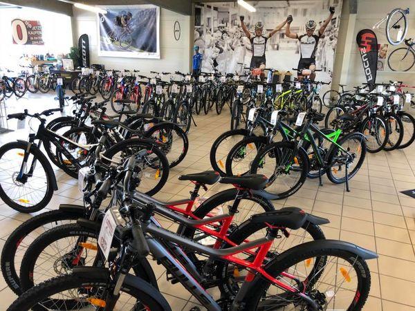 Alle Räder stehen vor dem Kauf für eine Probefahrt zur Verfügung