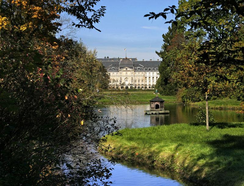 Schlosspark mit Schloss und Ententeich