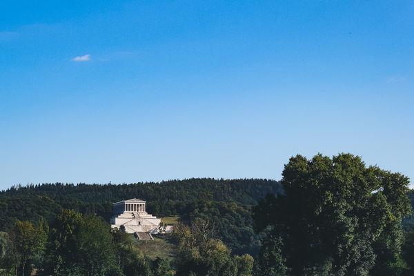 Bereits aus der Ferne ist die Walhalla in der Nähe von Donaustauf zu sehen.
