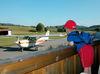 Kinder bestaunen die Flugzeuge auf dem Sportflugplatz in Arnbruck