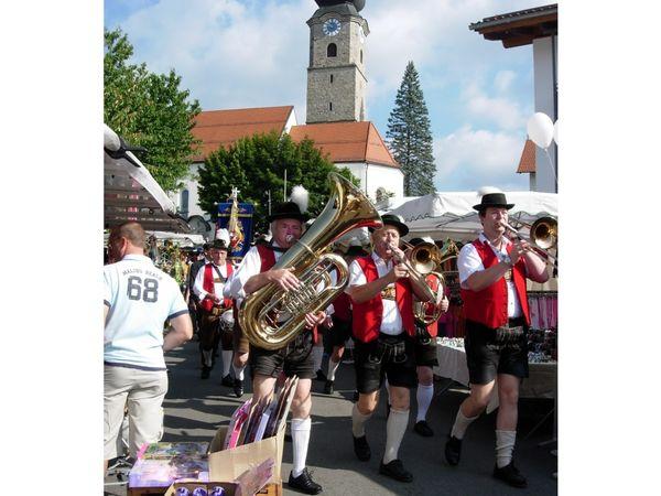 Blasmusik beim Festzug bei der Drachselsrieder Kirwa im ArberLand Bayerischer Wald