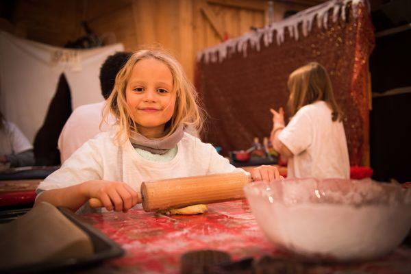 Im Big Tipi können Kinder Plätzchen backen und Weihnachtsdeko basteln