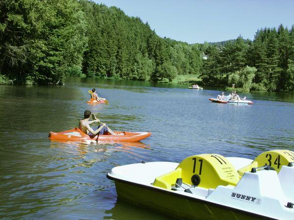 Paddeln mit dem Kanu am Eginger See im südlichen Bayerischen Wald