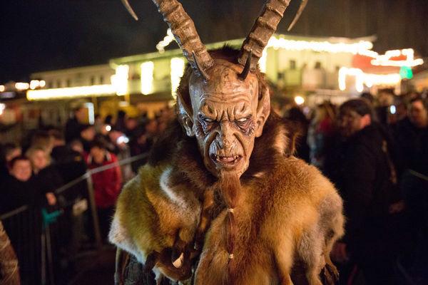 Wilde, hässliche Perchten, Krampusse und Hexen vertreiben gemeinsam mit den Glöcklern lautstark die bösen Geister des Jahres am Perchtenlauf in Pullman City.