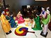 Handbemalte Krippenfiguren in koreanischen Festtagsgewändern im Krippenmuseum Oberstadion