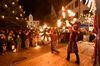 Lichterglanz und Feuershow auf dem Ehinger Weihnachtsmarkt