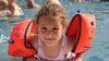 Ein Kind mit Schwimmflügeln im Freizeitbecken vom Inselbad Eisenhüttenstadt, Foto: Ute Schandert