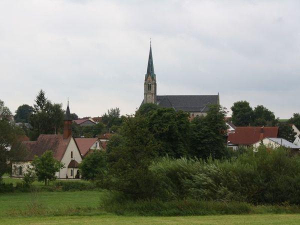 Pfarrkirche St. Peter und Paul in Röhlingen, im Vordergrund die Dietersbacher Kapelle