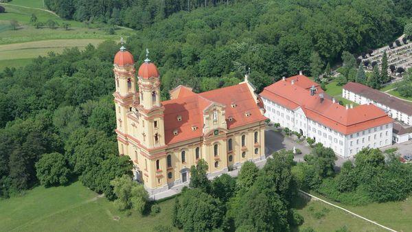 Luftbild von der Schönenbergkirche in Ellwangen