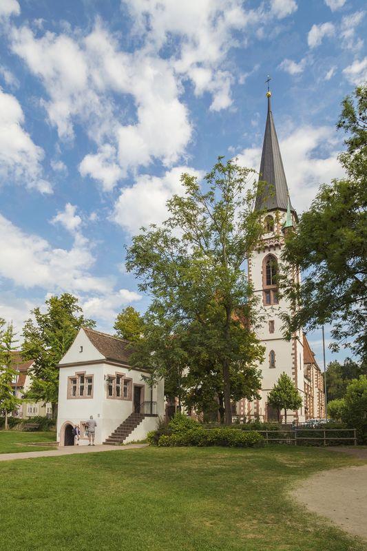 Katholische Kirche St. Bonifatius und vorne das Lenzhäuschen