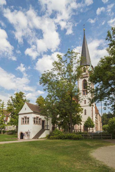 Lenzhäuschen mit der Katholische Kirche St. Bonifatius im Hintergrund
