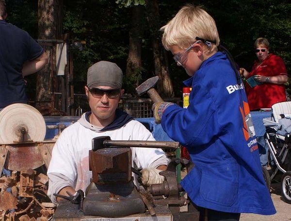 Schmieden mit Kindern und Jugendlichen (Foto: Familie Krenzer)