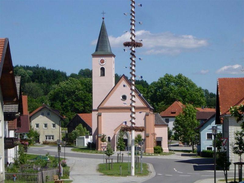 Blick auf die Pfarrkirche St. Katharina in Eppenschlag im Bayerischen Wald