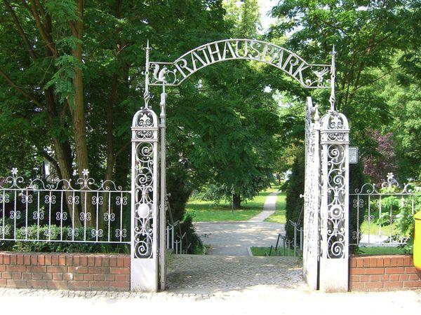 Tor zum Rathauspark in Erkner, Foto: Stadt Erkner