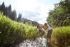 zwei Frauen stehen im Sommer im Fluss und kühlen sich im Wasser
