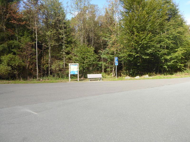 Weitläufiger Parkplatz.