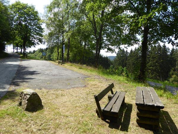 In der Nähe des Friedhofs findet sich der Wanderparkplatz.