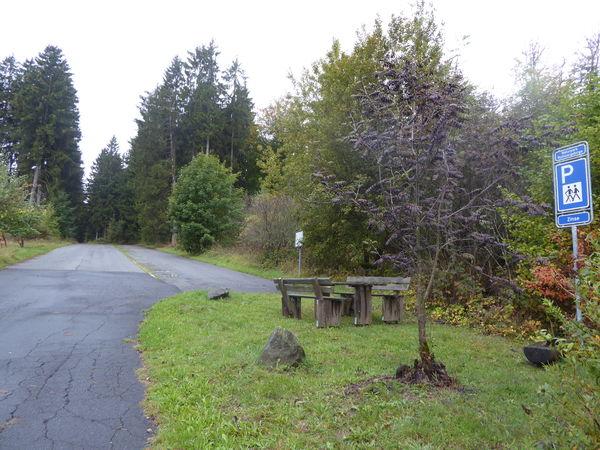 Am Ortsrand von Zinse findet sich gleichnamiger Wanderparkplatz.