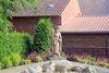 Die Jacobus-Pilgerfigur von Bildhauer Axel Kebernik aus Altenbeken ist aus Wrexener Buntsandstein gefertigt.