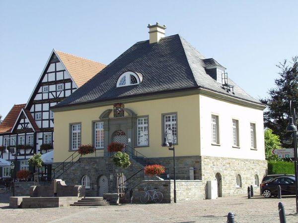 """Der Marktplatz mit dem historischen """"Alten Rathaus"""