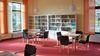 Der Lesesaal lockt mit verschiedenen Tageszeitungen und einer kleinen, aber feinen Bücherei.
