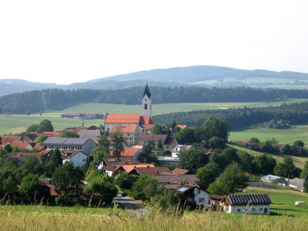 Die malerisch reizvoll gelegene Ortschaft Eschlkam gilt als die älteste geschichtlich bekannte Dorfsiedlung im Grenzwald zwischen Bayern und Böhmen.