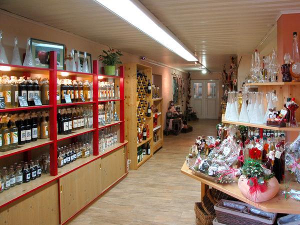 Große Auswahl an Schnäpsen im Laden der Obstbrennerei Meidinger in Eschlkam