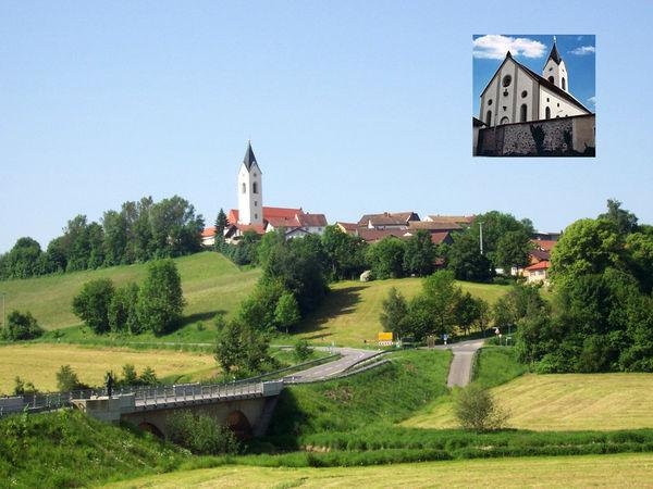 Blick auf den Markt Eschlkam und die Pfarrkirche St. Jakobus