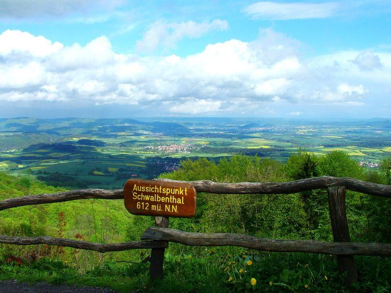 Blick vom Aussichtspunkt Schwalbenthal auf dem Hohen Meißner auf das Werratal bei Eschwege