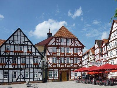 Fachwerkkulisse mit Rathausgebäuden am Marktplatz in Eschwege