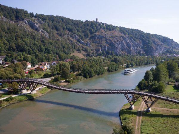 Essing im Altmühltal mit Blick zur Burgruine Randeck und die Holzbrücke Tatzlwurm