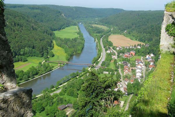 Blick von der Burgruine Randeck in Essing ins Altmühltal