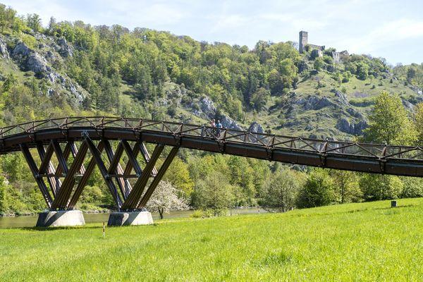 Holzbrücke Tazlwurm und Burgruine Randeck in Essing im Altmühltal