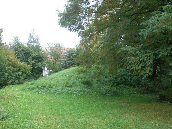Nachbau eines Grabhügels aus der Bronzezeit in Essing-Altessing im Altmühltal
