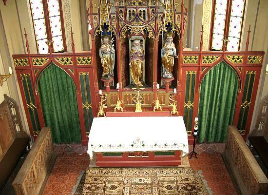 Blick auf den Altar im Inneren der Kiche St. Anna in Fahrenzhausen