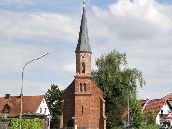 Front mit Kirchenturm der Kirche St. Anna in Fahrenzhausen